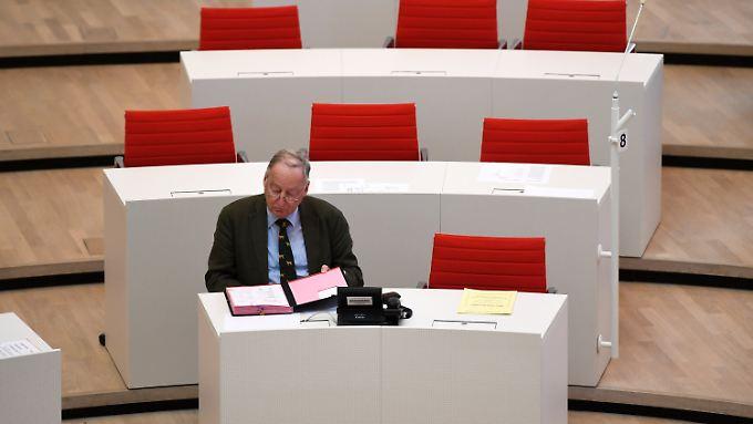 Alexander Gauland (mit Hundekrawatte) im Landtag von Brandenburg.