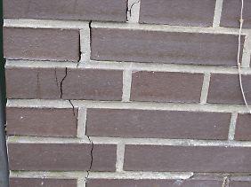 Ein Riss im Mauerwerk: eines von vielen Häusern, das bei dem April-Erdbeben in Langwedel beschädigt wurde.