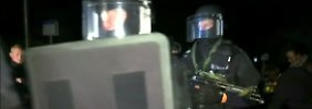 Nachdem Verhandlungen mit dem verschanzten Attentäter erfolglos blieben, stürmte die Polizei das Wohnhaus des Polizisten.