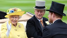 Gut gelaunt drehte die Queen samt Anhang eine Runde auf der Pferdebahn.