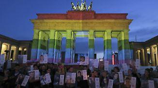Gedenken an Opfer von Orlando: Brandenburger Tor leuchtet in Regenbogenfarben