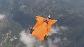 Wettbewerb für den guten Zweck: Chinesische Wingsuit-Piloten duellieren sich im Sturzflug