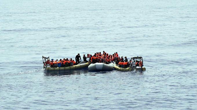 Bootsflüchtlinge, kurz vor ihrer Bergung durch die italienische Marine.