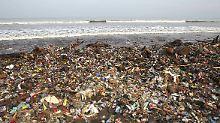 Müll am Strand der indonesischen Insel Java. Niemand fühlt sich dafür verantwortlich, hier aufzuräumen.