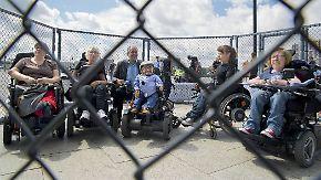Gegen neues Bundesteilhabegesetz: Menschen mit Behinderungen protestieren im Käfig