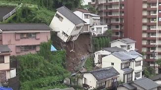 Erdrutsche in Südjapan: Ganzes Haus kippt vornüber
