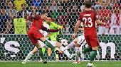 Dreimal taucht der Superstar in aussichtsreicher Position vor dem polnischen Tor auf, ...