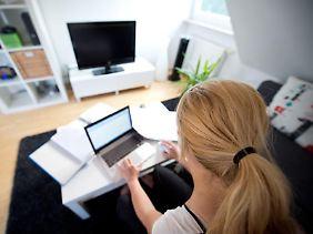 Stört die gewerbliche Nutzung die Nachbarn nicht unzumutbar, muss der Vermieter sie genehmigen. Mitarbeiter sowie bauliche Veränderungen sind in der Wohnung dann aber nicht erlaubt.