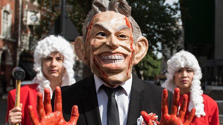 Protest vor dem Gebäude, in dem John Chilcot den Bericht vorstellte. Die Demonstranten wollen Blair im Gefängnis sehen.