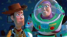 """Ein Erfolg wurde der Streifen trotzdem, aber kein so großer wie Hanks' folgendes Projekt: In dem heute fast schon als Klassiker geltenden Animationsfilm """"Toy Story"""" spricht er den Cowboy Woody - ..."""