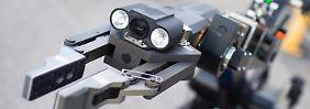 """Roboter wie dieser """"tEODor"""" der Firma Telerob kommen in Deutschland etwa bei der Entschärfung von Sprengsätzen zum Einsatz. Bomben-Roboter sind dagegen umstritten."""
