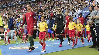 Einlaufkind im Glück: Zoe darf Ronaldos Hand halten