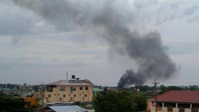 Rauschsäulen steigen über Hauptstadt Juba auf.