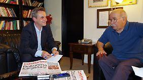 """DJV-Chef Frank Überall (l.) im Gespräch mit dem Interims-Chef von """"Cumhuriyet"""", Aydin Engin."""