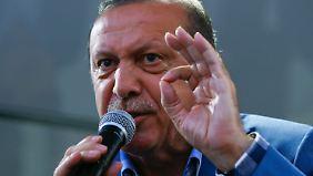 Erdogan spricht in Istanbul zu seinen Anhängern.