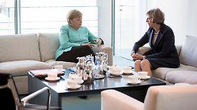 Gespräch unter Frauen: Theresa May bei Angela Merkel.