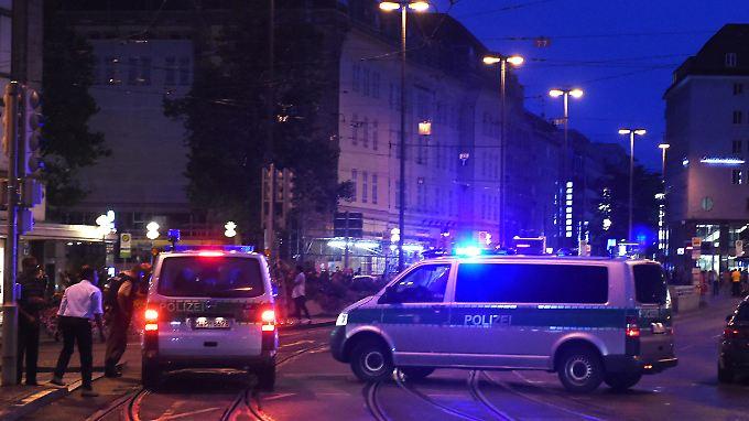 Zahlreiche Straßen wurden durch die Polizei gesperrt, die nach wie vor nach den flüchtigen Tätern sucht.