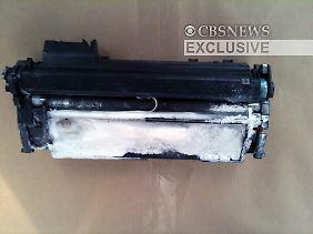 Die Tonerkassette ist mit Drähten und Sprengstoff präpariert.