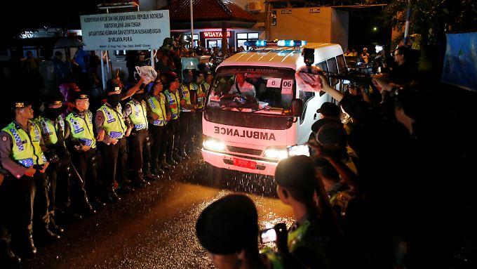 Krankenwagen transportieren die Leichen der Hingerichteten aus dem Gefängniskomplex auf der Insel Nusakambangan.