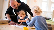Spagat zwischen Beruf und Familie: Berufstätige Eltern leiden unter Zeitmangel