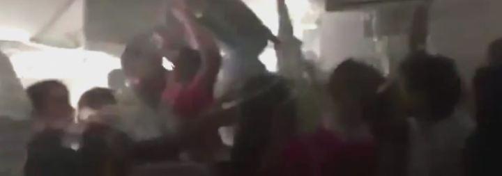 """""""Springen und rutschen Sie!"""": Chaotische Szenen spielen sich nach Bruchlandung in Dubai ab"""