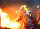 Ein heftiger Brand, und trotzdem wird das Haus kaum Schaden nehmen. Es wurde zu Übungszwecken für die Feuerwehr gebaut.