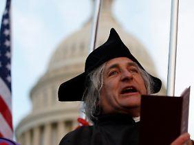 Ein Tea-Party-Aktivistliest vor dem Kapitol, dem Sitz des Kongresses, aus der Unabhängigkeitserklärung der USA.