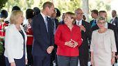 Auch Angela Merkel kam vorbei und lüftete die Raute ...