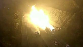 Unfall mit explosiver Ladung: LKW-Crash löst Inferno aus