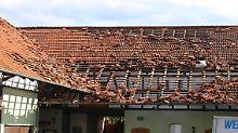 Auch große Teile dieses Daches wurden durch den Tornado abgedeckt.