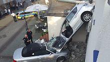 Gang verwechselt: Seniorin rast durch Parkhaus-Mauer