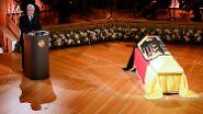 Der Sarg des gebürtigen Solingers ist mit einer schwarz-rot-goldenen Fahne geschmückt.