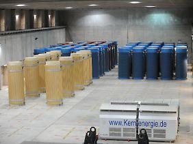 So sieht es derzeit aus: Behälter mit Atommüll in der Lagerhalle in Gorleben. Rund 40 Jahre garantiert ein Castor die Sicherheit seiner Fracht.