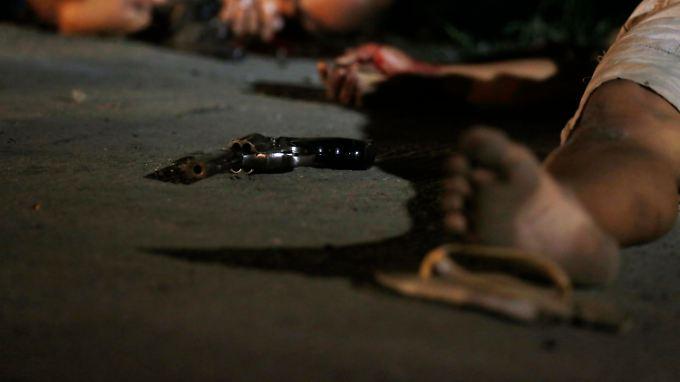 Die Leichen zweier mutmaßlicher Drogendealer liegen in den Straßen von Manila.