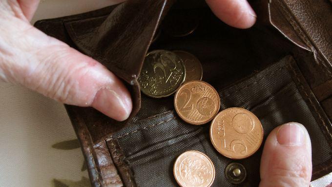 Als von Armut bedroht gilt, wer über weniger als 60 Prozent des Durchschnittseinkommens verfügt, sich normale Alltagsgüter nicht leisten kann, oder in einem Haushalt lebt, in dem auch Personen im Erwerbsalter nicht arbeiten.