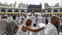 Muslimische Pilgerer umkreisen die Kaaba in Mekka im Vorfeld des Hadsch.