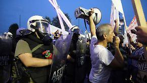 Wie geht es Griechenland?: Tsipras optimistisch, Demonstranten voller Wut