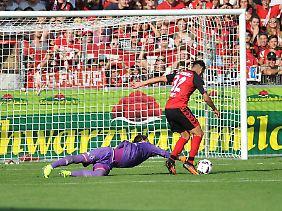Gladbachs Torwart Yann Sommer holte Freiburgs Vincenzo Grifo im Strafraum von den Beinen.