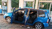 Bei einer Explosion des Gastanks an einer Aral-Tankstelle wurde ein VW-Touran zerstört. Foto: Arne Bänsch