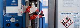 Ein Zettel weist auf die Schließung einer Erdgaszapfsäule an einer Kölner Aral-Tankstelle hin.