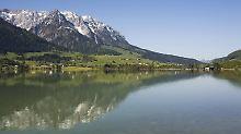 Berge und Wasser: Blick über den Walchsee.