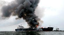 """Wenige Kilometer vor der Küste steht ein Öltanker lichterloh in Flammen: Es handelt sich um die gut 170 Meter lange """"Burgos""""."""