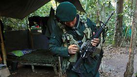 Auch dieser Farc-Kämpfer soll in einer der 23 eingerichteten Zonen seine Waffe niederlegen.