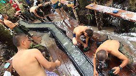 Auch Wäsche waschen gehört zum Leben der Farc im Dschungel.