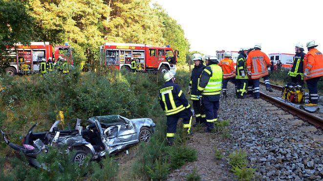 Zug rammt Auto am Bahnübergang: Junge Mutter und zwei Kinder sterben bei Zusammenprall