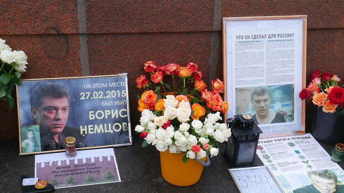 Teile des Boris-Nemzow-Denkmals im Zentrum von Moskau.