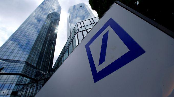 Mehrere Hedgefonds fahren ihr Engagement bei der Deutschen Bank zurück.