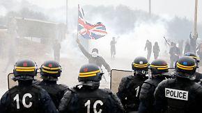 Krawalle in Calais: Polizei setzt Tränengas gegen Flüchtlinge und Aktivisten ein
