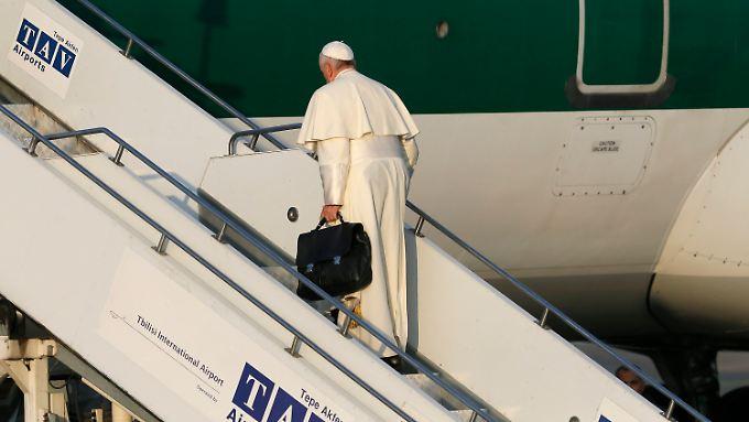Schwierige Kaukasusreise: Papst Franziskus fliegt von Georgien nach Aserbaidschan.