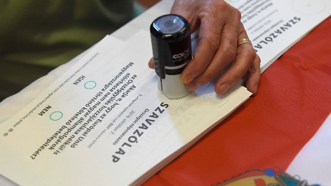 Die Frage bei dem Referendum lautete: Wollen Sie, dass die Europäische Union auch ohne Zustimmung des ungarischen Parlaments die verpflichtende Ansiedlung von nicht-ungarischen Staatsbürgern in Ungarn vorschreiben kann?
